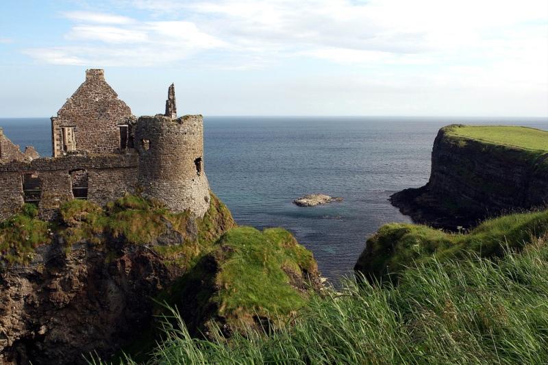 Руины замка в графстве Антрим на побережье Северной Ирландии.