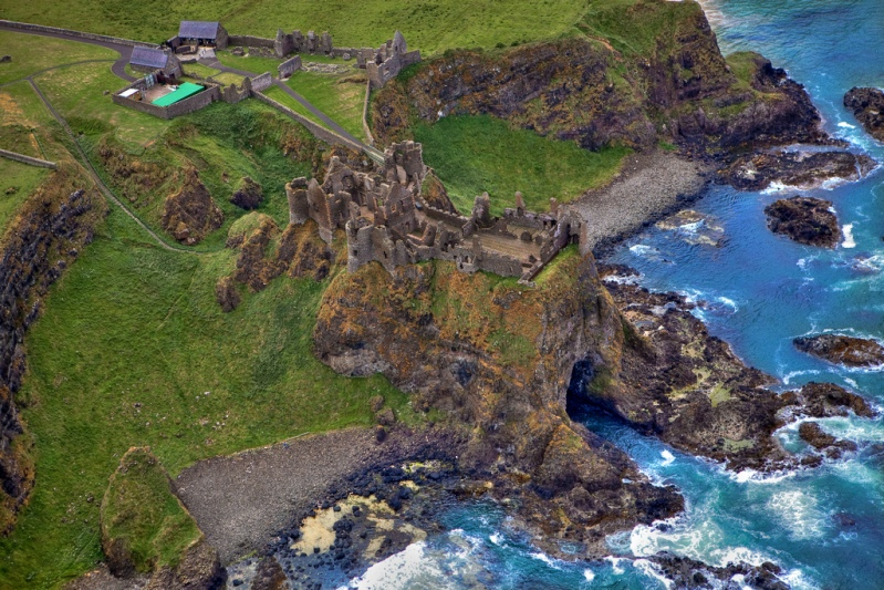 Руины замка на побережье Северной Ирландии.
