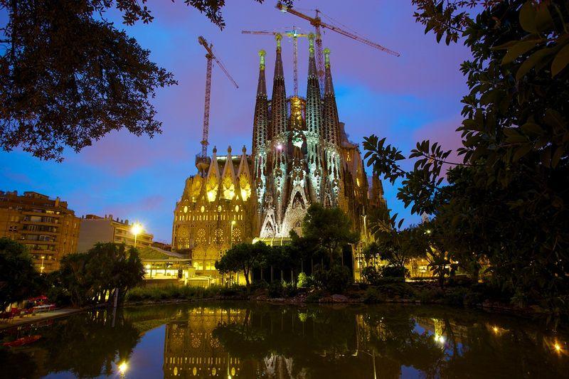 Собор Святого Семейства в Испании. Архитектор Гауди. Фото